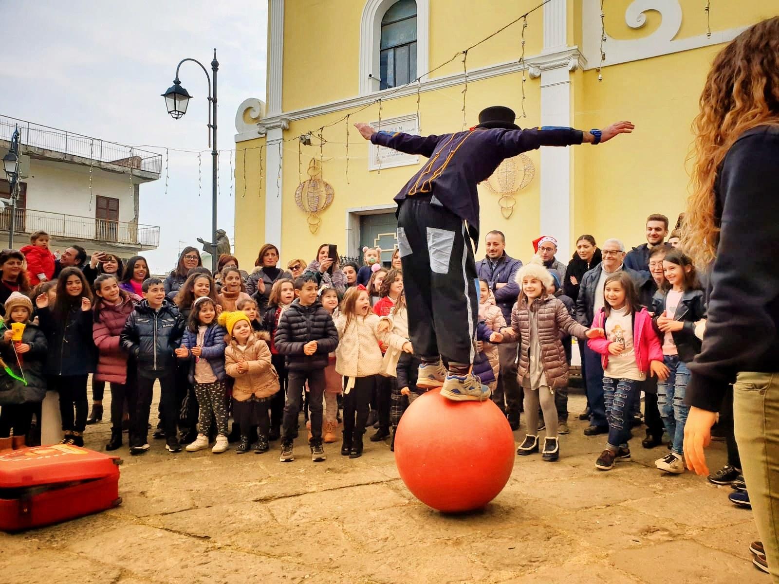 Giocoliere trampoliere su palla